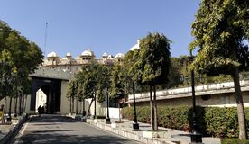 Ворота входа дворца города красивого вида стоковые изображения rf