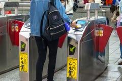 Ворота выхода слой содержащий нефти платы за проезд станции метро Тайбэя в Тайбэе, Тайване стоковое фото
