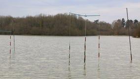 Ворота каноэ и каяка на озере - замедленном движении акции видеоматериалы