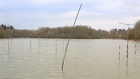 Ворота каноэ и каяка на озере акции видеоматериалы
