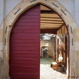 Ворота к двору старинного здания стоковые фотографии rf