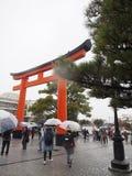 Ворота к святыне под дождливым днем стоковые изображения rf