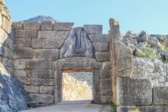 Ворота льва - парадный вход цитадели бронзового века Mycenae в южной Греции со скульптурой сброса 2 львиц стоковые фото
