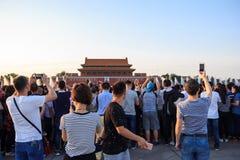 Ворота с изображением Мао Дзе Дуна сфотографированным туристами в Пек стоковое фото