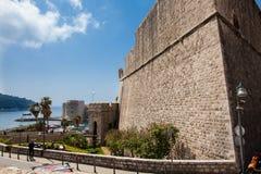 Ворота Ploce и St Ivana форта на красивых городских стенах Дубровника стоковое фото rf