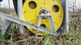 Ворот вытягивает кабель к которому плужок прикреплен Вспахивать землю на ферме акции видеоматериалы