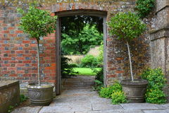 Ворот в стене, саде Tintinhull, Сомерсете, Англии, Великобритании Стоковые Фотографии RF