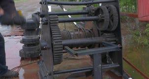 Ворот зачаливания дальше в кормке сосуда Ворот на палубе корабля в море ворот зачаливания, веревочка брашпиля зачаливания сток-видео