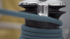 Ворот и веревочка близкие вверх на замедленном движении сосуда плавания видеоматериал