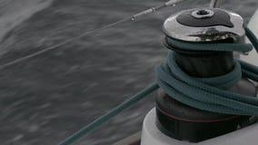 Ворот и веревочка близкие вверх на замедленном движении сосуда плавания акции видеоматериалы