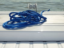 Ворот и голубая веревочка на шлюпке стоковая фотография rf