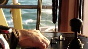 Ворот палубы управлениями гужа мастерский Конец-вверх рук в свете дня акции видеоматериалы