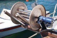 Ворот смычка для рыболовной сети, части маленькой лодки стоковые фото