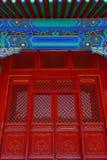 Ворот с красными китайскими дверями стоковые фотографии rf