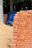 Ворох красного кирпича в строительной площадке стоковое фото rf