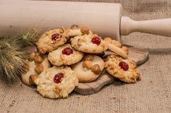 Ворох смешанных печений на деревенской предпосылке стоковое изображение rf