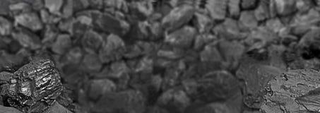 Ворох угля Один утес конца угля вверх на черной предпосылке угля установьте текст скопируйте космос Высококачественный уголь мини Стоковое Изображение