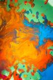 Вортекс вихря распространяет покрашенные цвета чернил на белой предпосылке Стоковое Фото