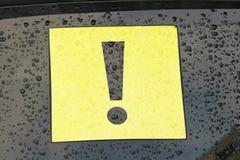 Восклицательный знак на автомобиле Черный восклицательный знак в Yello Стоковые Изображения RF