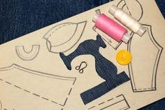 Восковка швейной машины джинсов, рисуя одежды на бумаге стоковые фотографии rf