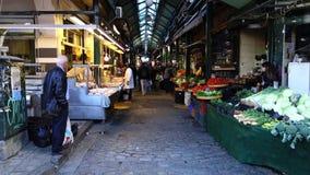 Воскресенье 3-ье декабрь 2016 - люди на мясе и рынок овощей в Thessaloniki, Греции акции видеоматериалы