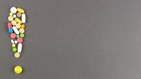 Восклицательный знак созданный от покрашенных пилюлек МЕДИЦИНСКАЯ принципиальная схема Стоковое фото RF
