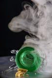 Воск концентрата извлечения марихуаны aka крошит на закоптелом backgr стоковые фото