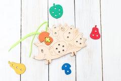 Воспитательные деревянные игрушки на белой деревянной предпосылке экологическо стоковое фото rf