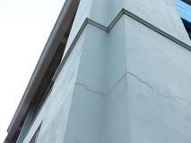 Воспитательные строя башни в университете который сломленн должны срочно быть разрешены стоковое фото