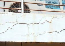 Воспитательные строя башни в университете который сломленн должны срочно быть разрешены стоковая фотография