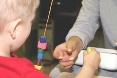 Воспитатель общается с ребенком в детском саде Творческие способности и развитие ребенка стоковое фото rf