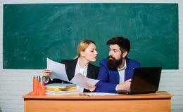Воспитатель школы с ноутбуком и главой с документами Образовательная программа Школьное образование Подготовьте для школы стоковые фото