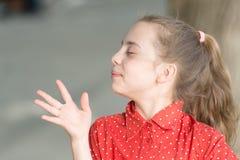 Воспитывающ ее кожу естественно Небольшой ребенок со здоровой кожей и красота выглядят на открытом воздухе Милая маленькая девочк стоковые фотографии rf