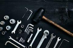 Восстанавливать автомобиль Комплект ремонта оборудует ключи наговора, молоток и отвертку на черной деревянной предпосылке конец в Стоковая Фотография