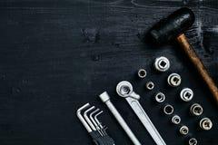 Восстанавливать автомобиль Комплект ремонта оборудует ключи наговора, молоток и отвертку на черной деревянной предпосылке конец в Стоковая Фотография RF
