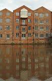 Восстанавливанные квартиры вдоль River Aire, Лидса, Англии Стоковые Изображения RF