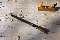 восстановление старого деревянного стола от планок в мастерской, инструментов сосны плотничества, зубила стоковое фото rf