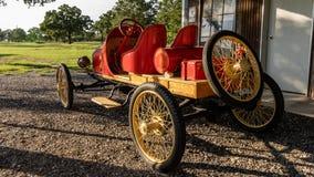 Восстановленный исторический автомобиль гонок в ем гараж ` s стоковое фото