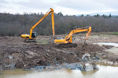 Восстановление загрязнения почвы с работой копать экскаватором и earthmoving. Стоковые Фотографии RF