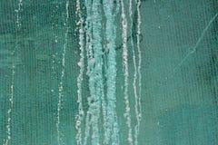 Восстановление здания и защитное зеленое здание цепляют с замороженной водой которая стекла от крыши Стоковые Фотографии RF