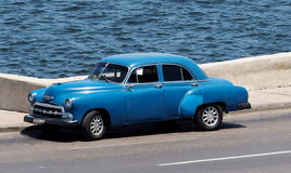 Восстановленный голубой автомобиль в Гаване Кубе Стоковые Фото