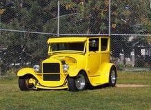 Восстановленный классикой автомобиль желтого цвета предыдущей модели Стоковая Фотография