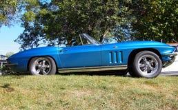 Восстановленный классикой голубой автомобиль с откидным верхом Корвета Стоковое Изображение RF