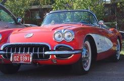 Восстановленный классикой красный и белый автомобиль с откидным верхом Корвета Стоковая Фотография