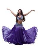 Востоковедный танцор в пурпуровом платье Стоковые Изображения