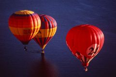 Восток-Австралия: 3 воздушного шара летая над Тихим океаном стоковое изображение rf