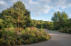 Восток Мюнхена парка города с путем flowerbed и парка стоковые изображения rf