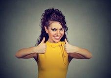 Восторженная женщина давая жест больших пальцев руки вверх утверждения и успеха Стоковая Фотография