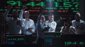 Восторженная команда биржевого маклера в офисе в реальном маштабе времени акции видеоматериалы