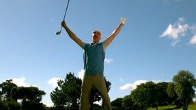 Восторженный игрок в гольф скача вверх и веселя сток-видео